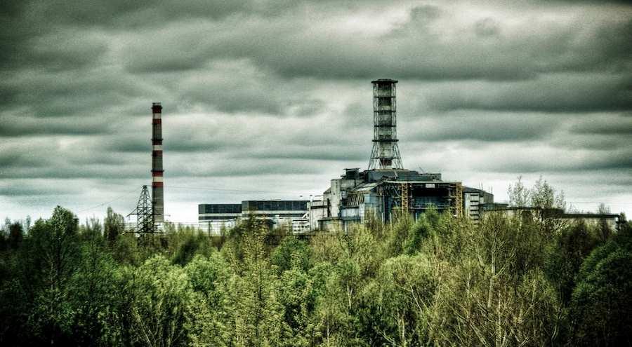 Budowa Arki - stalowej konstrukcji osłaniającej reaktor nr 4 w elektrowni jądrowej w Czarnobylu