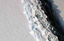 Szczelina w Lodowcu Szelfowym Larsen C w Antarktyce. Widok z loty ptaka