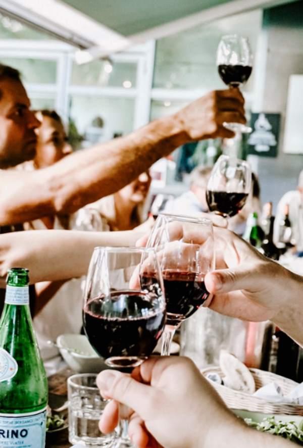 Dlaczego ludzie popadają w alkoholizm? Przyczyny uzależnienia od alkoholu