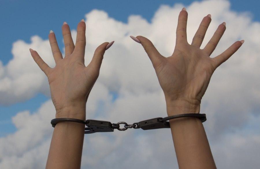 ręce w kajdankach