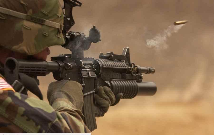 Żołnierz strzelający z karabinu
