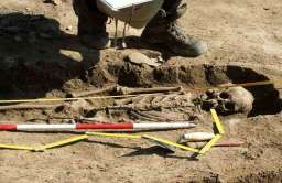 Wykopaliska archeologiczne odsłaniające ludzki szkielet
