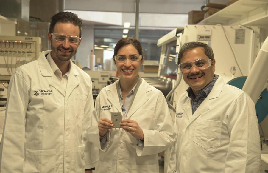 Naukowcy pracujący nad projektem baterii litowo-siarkowej