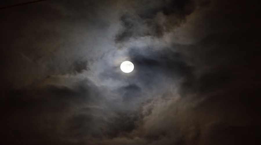 Księżyc w pochmurną noc