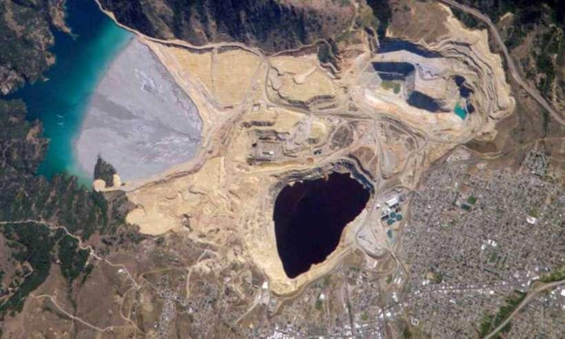 Berkeley Pit - dawna odkrywkowa kopalnia miedzi w mieście Butte. W lewym górnym rogu Doodle Tailings Pond