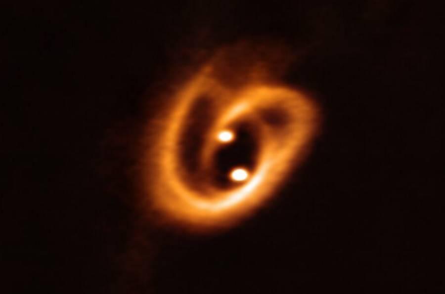 Narodziny układu podwójnego gwiazd uchwycone na zdjęciu