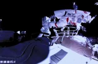 Pierwszy spacer kosmiczny chińskich astronautów z pokładu nowej stacji