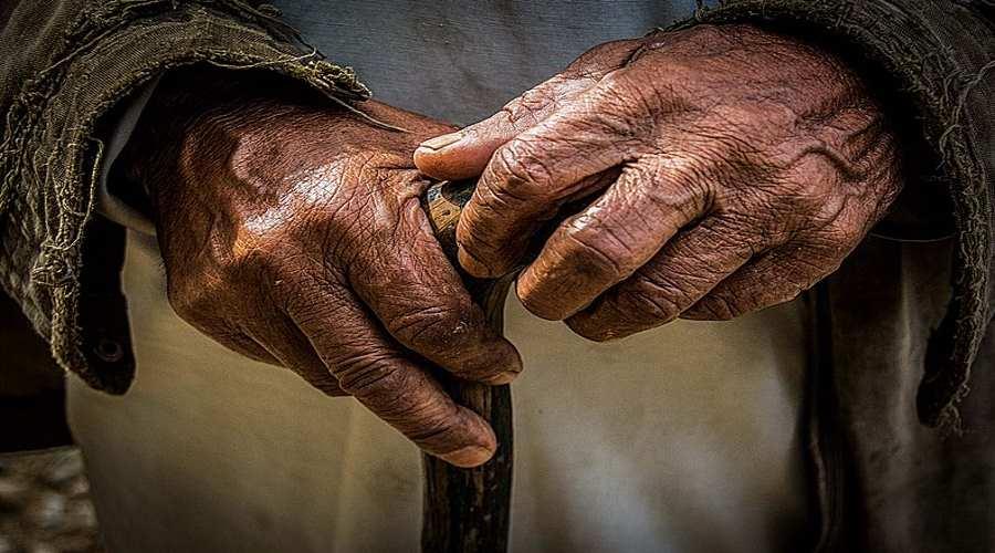 Dłonie trzymające laskę