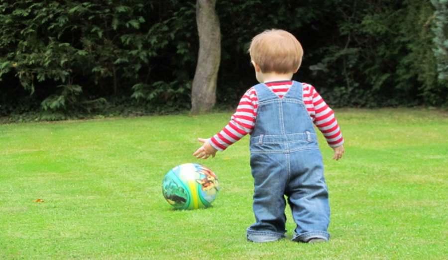 Dziecko bawiące się piłką