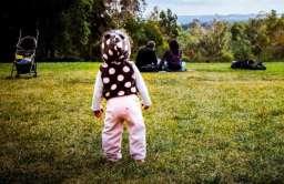 Dziecko z rodzicami w parku