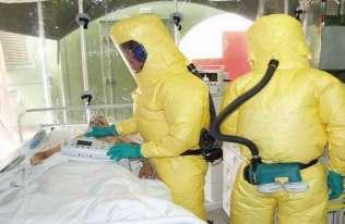 Lekarze w skafandrach ochronnych opiekujący się pacjentem z wirusem ebola