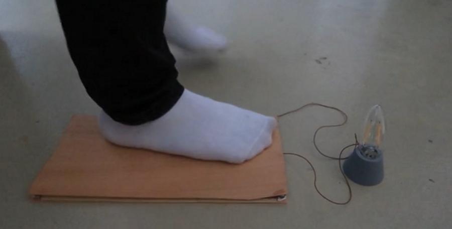 Podłoga, która wytwarza energię elektryczną podczas chodzenia