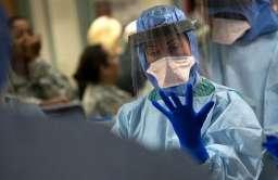 Lekarz w stroju ochronnym