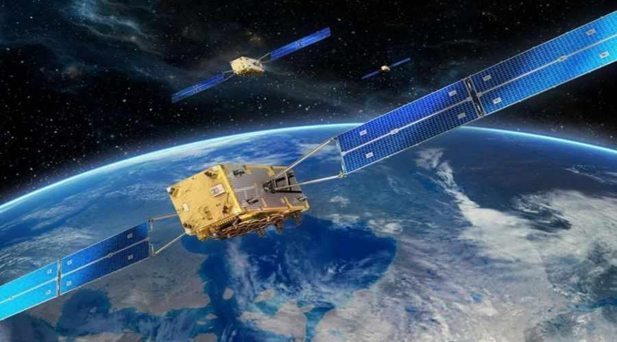 Satelita nawigacyjny europejskiego systemu Galileo nad Ziemią