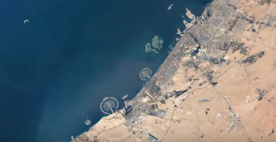 Zdjęcie Dubaju z powietrza z narzędzia Google Earth Engine. Widok na Wyspy Palmowe