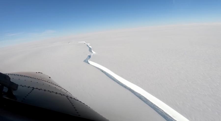 Antarktyda. Od lodowca oderwała się góra lodowa wielkości Londynu