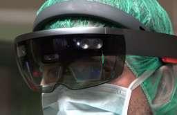 Chirurg korzystający z systemu rozszerzonej rzeczywistości HoloLens