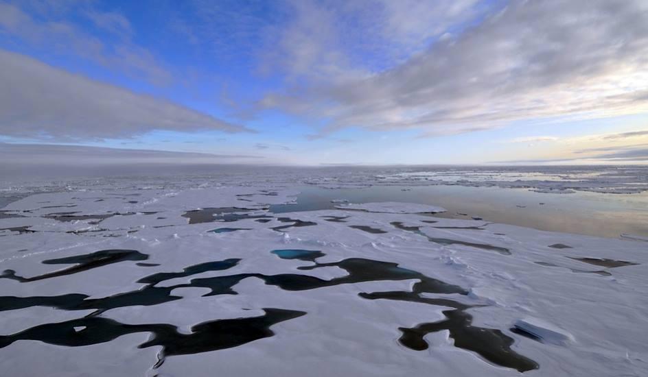 Ocean Arktyczny z kawałkami kry