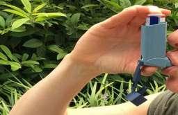 Osoba korzystająca z inhalatora