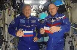 Oleg Artmiejew i Siergiej Prokopiew na nagraniu upamiętniającym 40. rocznicę lotu Hermaszewskiego