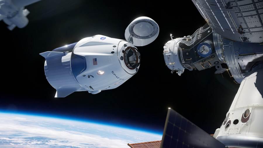 Kapsuła Dragon podczas dokowania do ISS