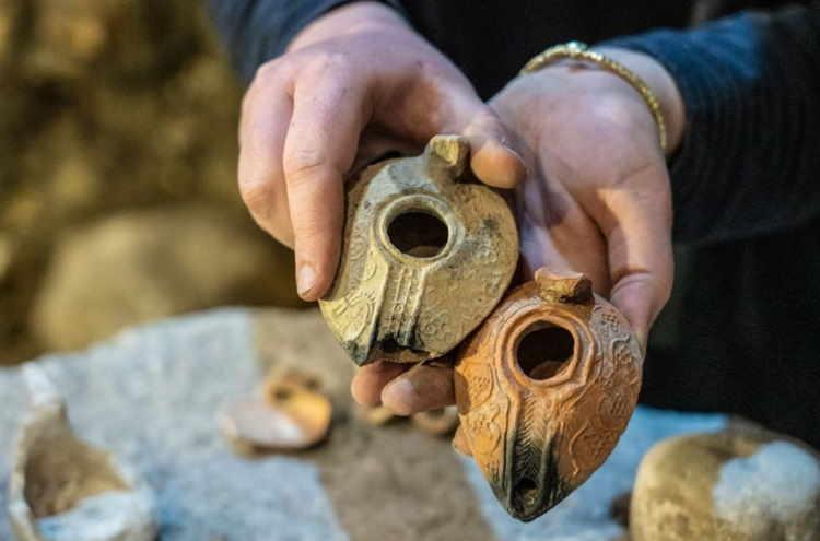 Lampy oliwne znalezione w komnatach pod Ścianą Płaczu