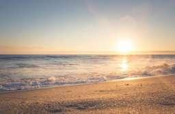 Piaszczysta plaża podczas zachodu słońca