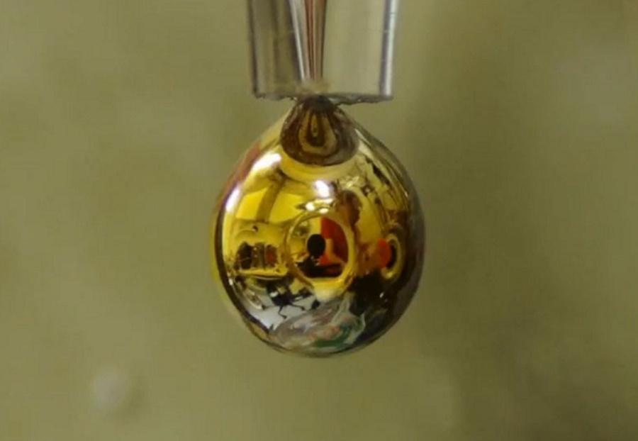 Naukowcy przekształcili wodę w metal
