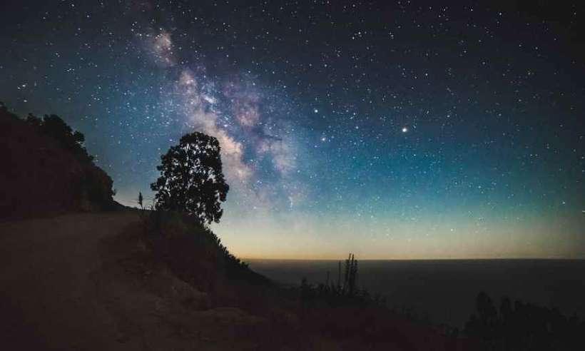 Nocne niebo z Drogą Mleczną w centrum