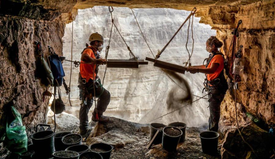 Fragmenty Biblii, mumia dziecka i najstarszy na świecie pleciony kosz. Niezwykłe odkrycia w jaskiniach nad Morzem Martwym