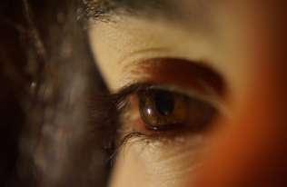 Wpatrywanie się w głęboką czerwień może poprawić pogarszający się wzrok