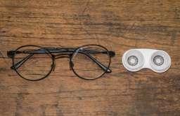 Okulary czy soczewki? Czy warto zamienić nosić soczewki zamiast okularów?