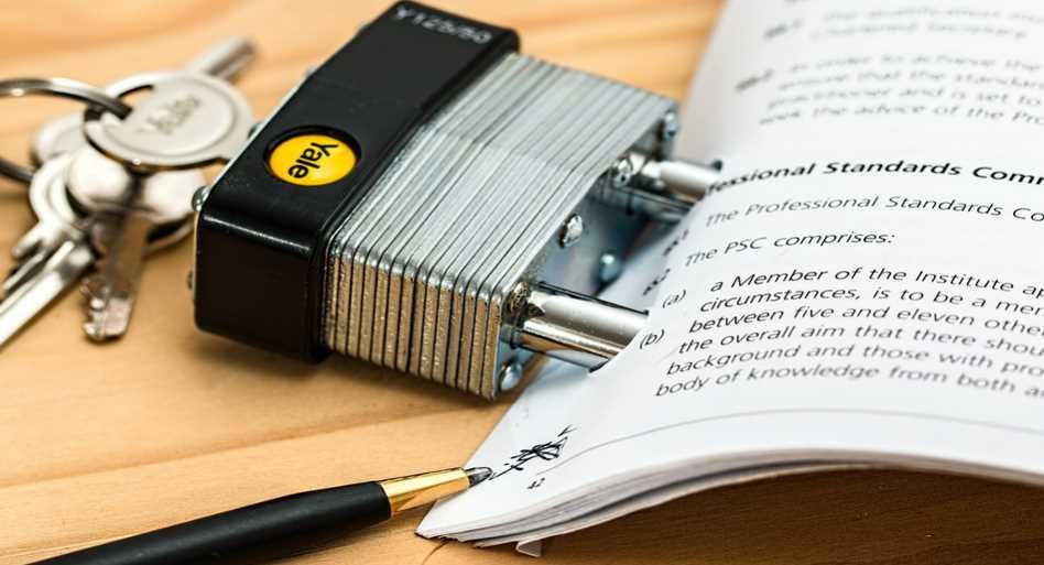 Papierowy formularz spięty kłódką