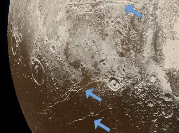 Pęknięcia na powierzchni Plutona