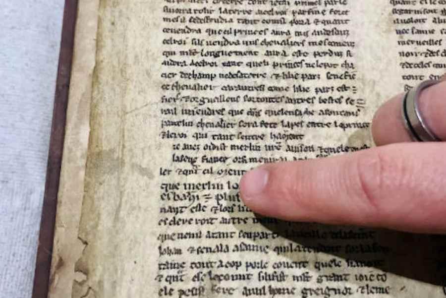 Pergamin z opisem nieznanych fragmentów legend o Merlinie i królu Arturze