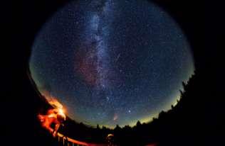 Zbliża się maksimum Perseidów. Jak obserwować rój meteorów?