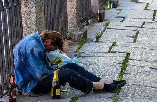Intensywne picie alkoholu podwaja ryzyko wystąpienia demencji w późniejszym okresie życia
