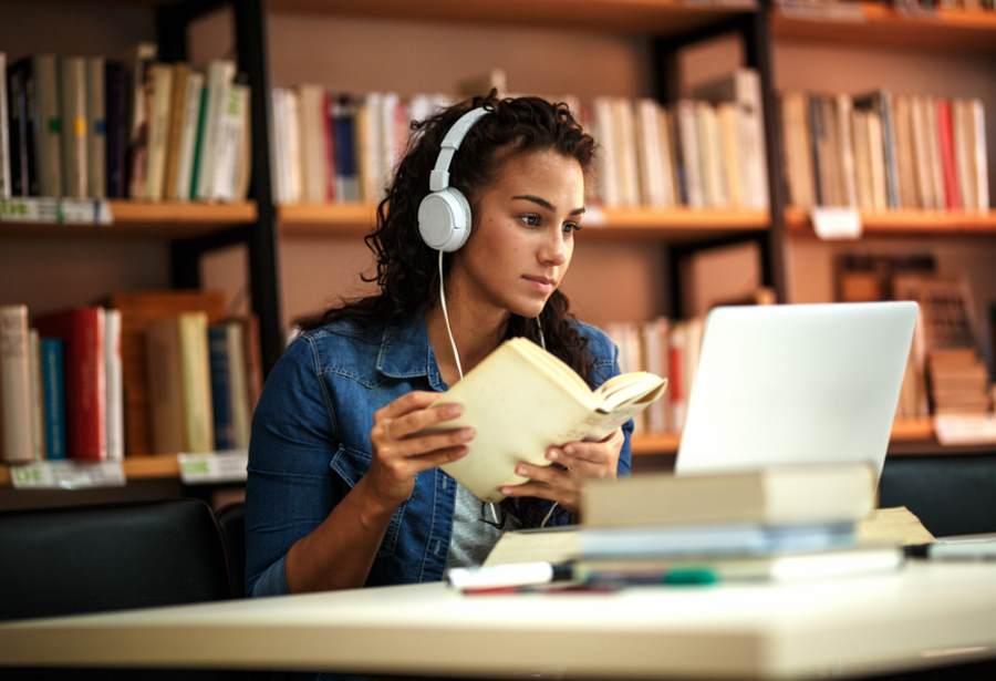 Kobieta słuchająca podcastu