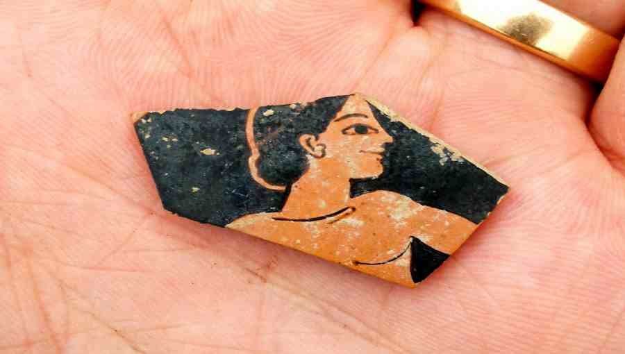 Znaleziony przez archeologów kawałek naczynia z niepełnym wizerunkiem kobiety