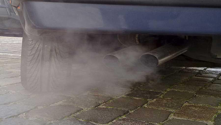 Rura wydechowa samochodu wypuszczająca kłęby spalin