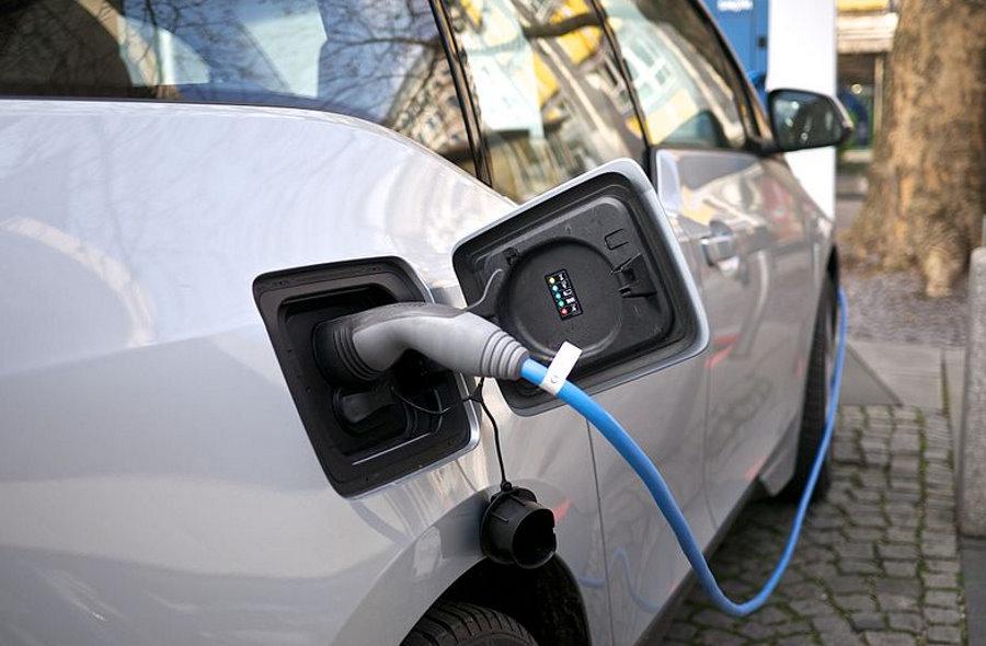 Ile kosztuje ładowanie samochodu elektrycznego w domu?