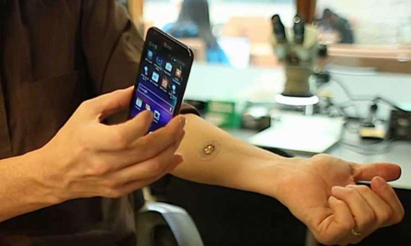 Czujnik potu naklejony na skórę ręki przesyła dane do smartfona