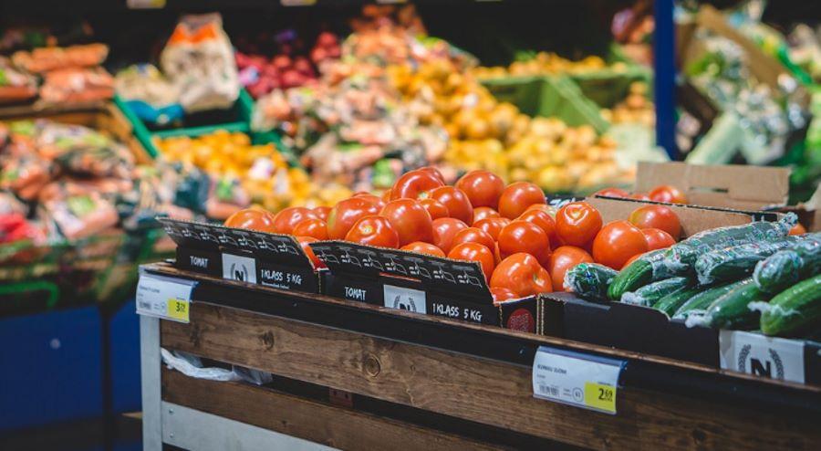 Warzywa i owoce na pułkach sklepowych