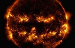 Zdjęcie Słońca, które przypomina halloweenową latarnię z dyni