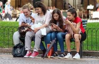 Szyja smartfonowa – nowe zjawisko w dziecięcej Poradni Leczenia Bólu