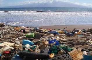 Śmieci wyrzucone na plażę