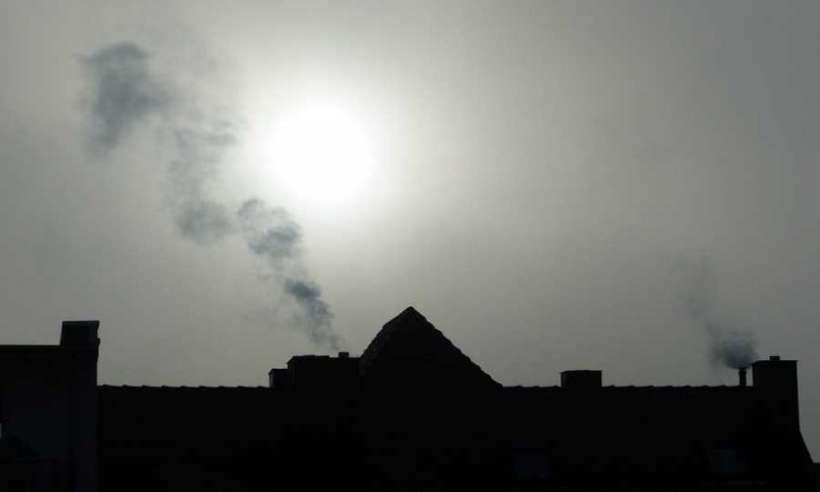 Dym wydobywający się z komina kamienicy