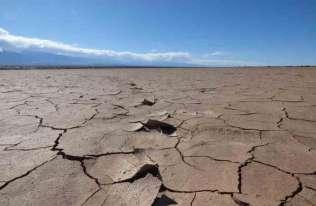 Sucha, popękana ziemi