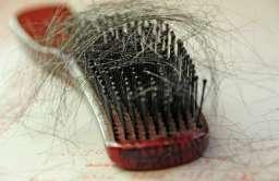 Naukowcy ustalili, dlaczego stres powoduje utratę włosów. Nowa nadzieja dla łysiejących