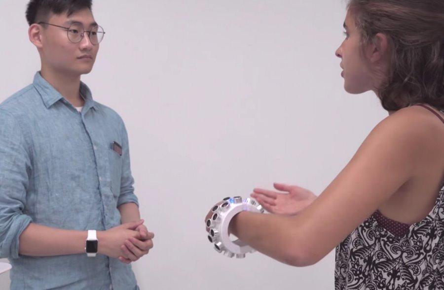 Bransoletka antypodsłuchowa, która zakłóca pracę mikrofonów